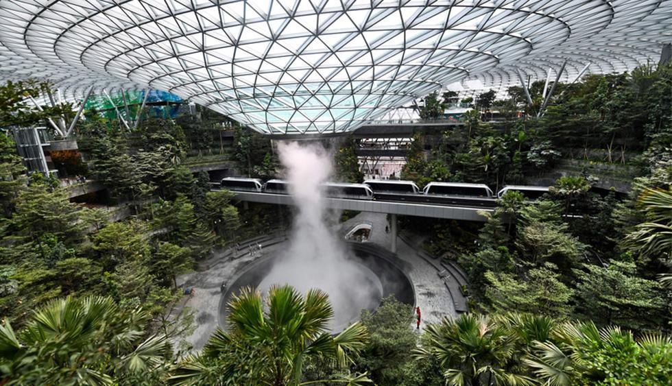 Con 40 metros de alto, la cascada más alta del mundo se ubica en el aeropuerto Jewel Changi, en Singapur. (Foto: AFP)