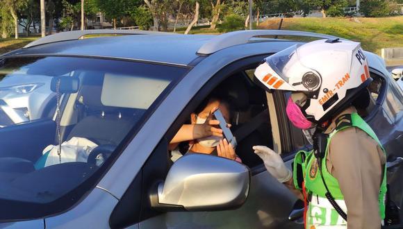 El ministro de Defensa, Walter Martos, informó este viernes que los pases laborales y vehiculares quedarán sin efecto desde este lunes 22 de junio a fin de que las personas puedan movilizarse si es que necesitan ir a los centros comerciales (Foto: Andina)