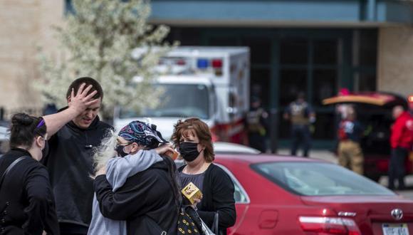La gente se abraza en el estacionamiento después de un tiroteo en Westroads Mall en Omaha, Nebraska.  (Foto: Chris Machian / Omaha World-Herald vía AP)