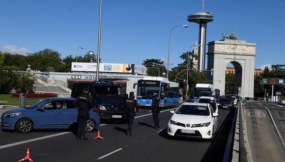 La policía monta retenes en Madrid debido al cierre por 14 días para frenar el coronavirus. (EFE/Víctor Lerena).