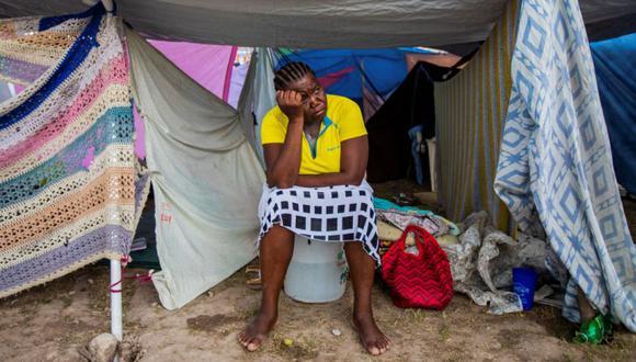 Una mujer sentada en un espacio protegido en un campamento instalado en un campo de fútbol después del terremoto del 14 de agosto en Les Cayes, Haití. (Foto: REUTERS / Ralph Tedy Erol).