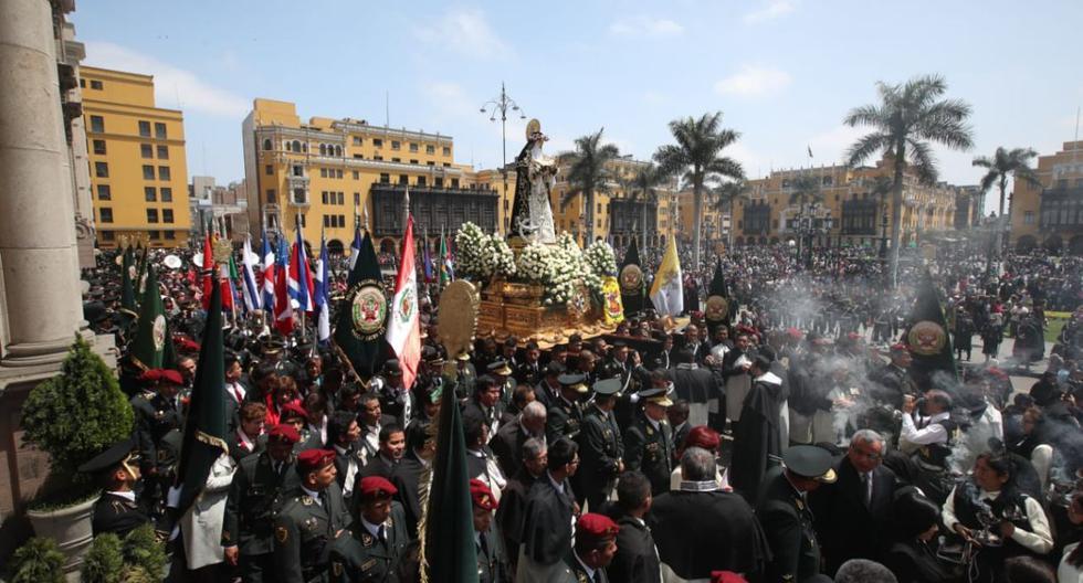 El recorrido comenzó en el atrio de la Basílica Catedral de Lima y continúo por los alrededores de plaza mayor en donde se colocaron alfombras de flores (Foto: Juan Ponce)