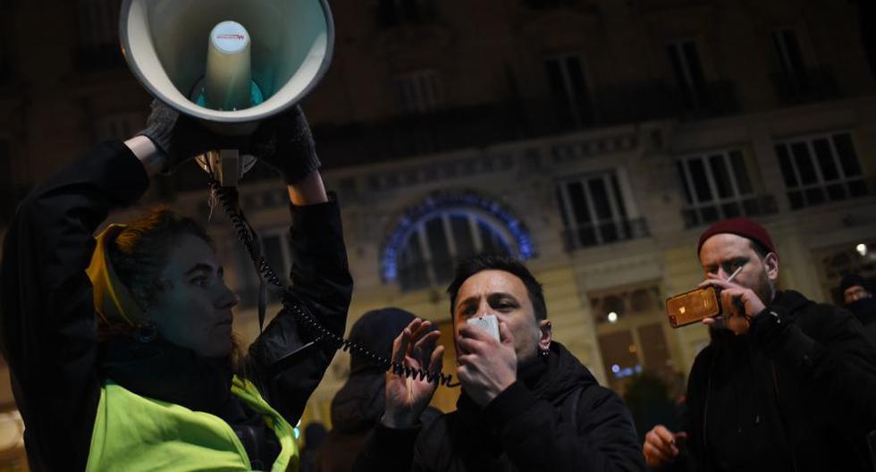 Manifestantes frente al teatro Bouffes du Nord en París mientras Macron asiste a una obra de teatro. (Foto: AFP)