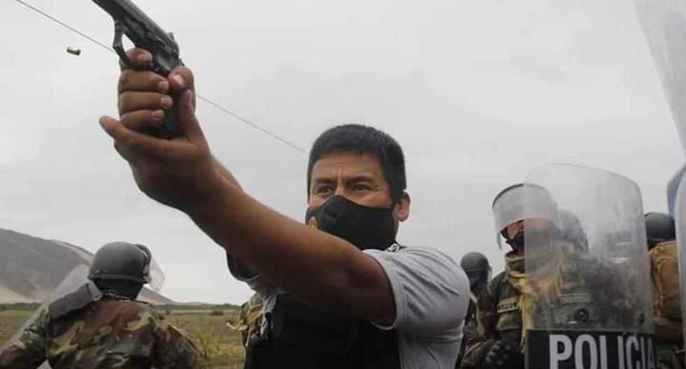 Esta fotografía de un agente policial usando su arma de fuego fue tomada ayer durante las protestas agrarias en La Libertad. Dos personas fallecieron por impacto de arma de fuego. (EFE)
