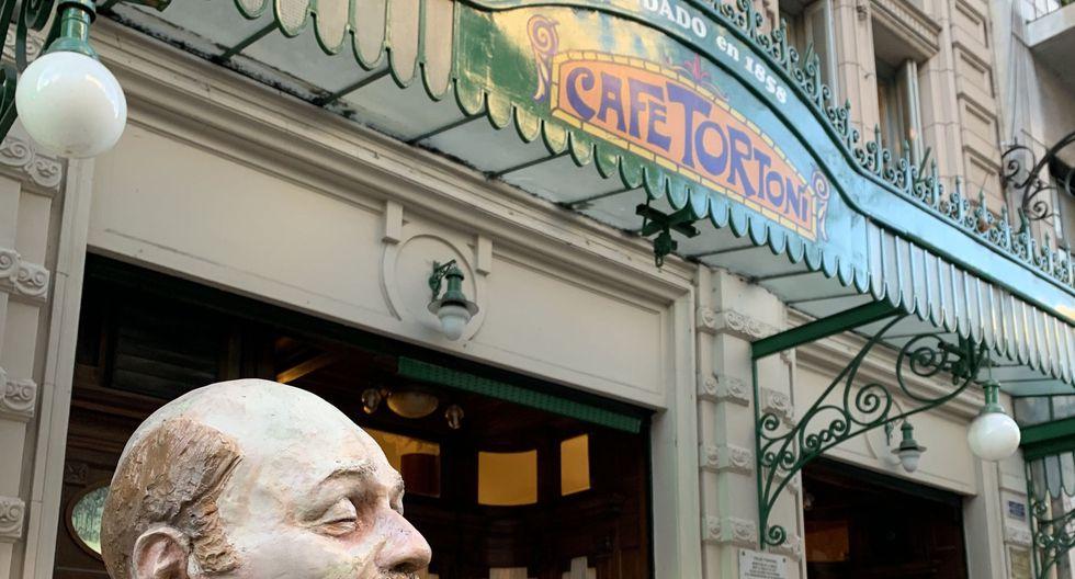 Estatua de Horacio Ferrer, poeta tanguero autor de la letra de ¨Balada para un loco¨, a las puertas del Cafe Tortoni y el Museo Mundial del Tango. Avenida de Mayo, al ochocientos.