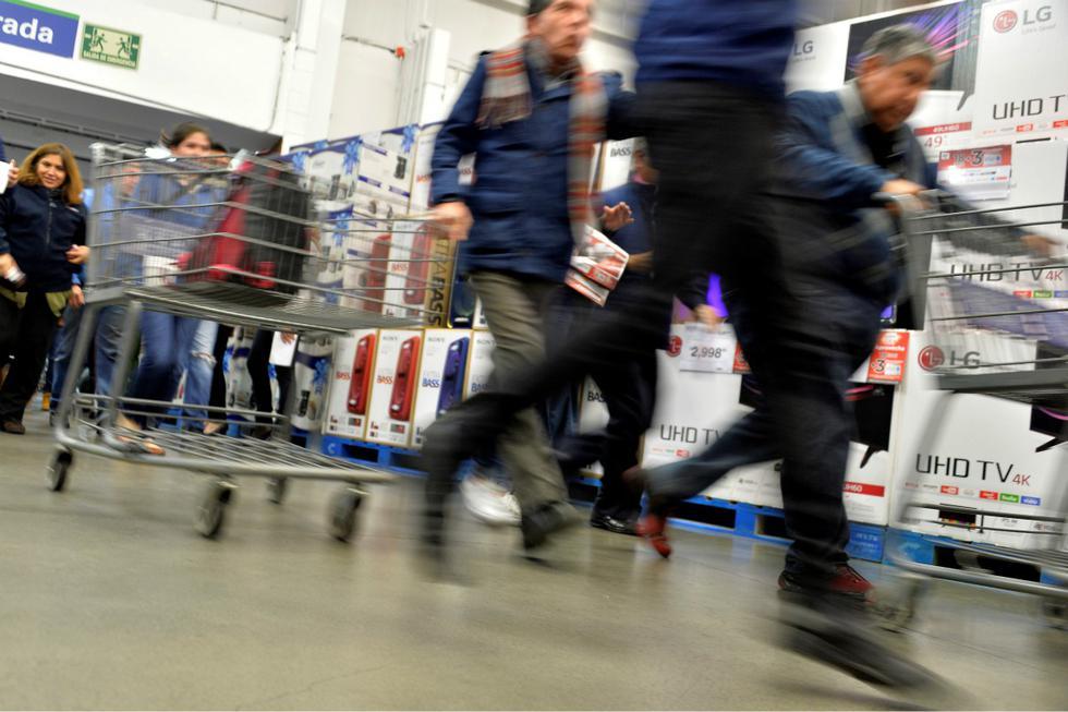 """El <a href=""""https://mag.elcomercio.pe/noticias/black-friday-2020/""""><font color=""""blue"""">Black Friday</font></a> es el día del año que más compradores tienen las tiendas y centros comerciales. Para muestra esta imagen de lo que se puede vivir al interior de una tienda. (Foto: AFP)"""