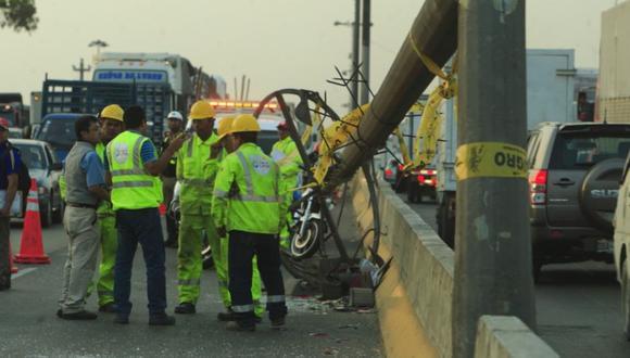 Caída de poste generó congestión vehicular en Panamericana Sur