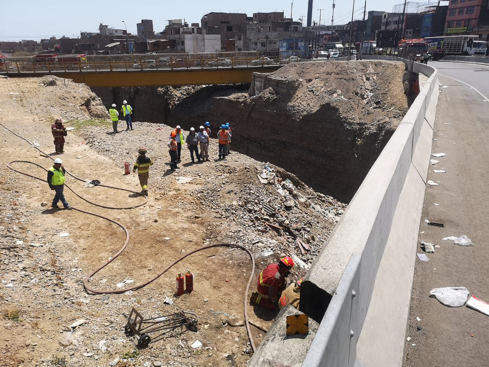 Incendio se registró debajo del viaducto 5, que permite el acceso a la vía expresa Línea Amarilla. (Fotos: Anthony Niño De Guzmán)
