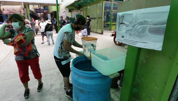 En el mercado Valle Sagrado,  San Juan de Lurigancho, la directiva instaló un lavadero de manos para el público (Foto: Fernando Sangama)