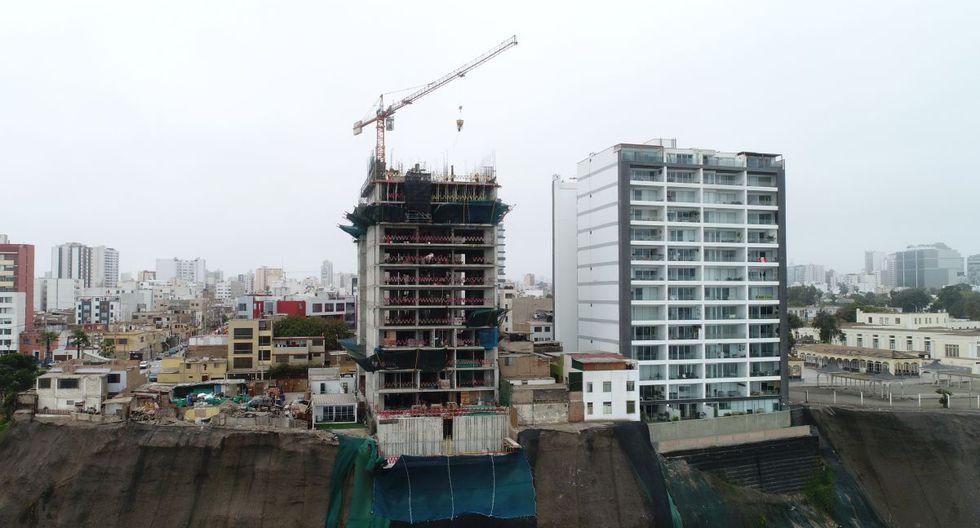 Construcciones al borde del acantilado de la Costa Verde en Magdalena (Carlos Hidalgo / El Comercio)