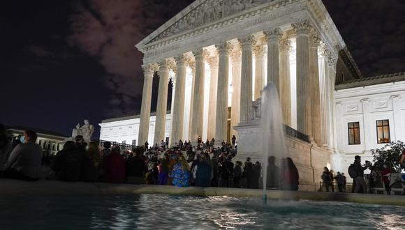 Varias personas se reúnen ante la Corte Suprema de Estados Unidos el 18 de septiembre de 2020, en Washington, tras el anuncio de la muerte de la juez Ruth Bader Ginsburg. (AP Foto/Alex Brandon).