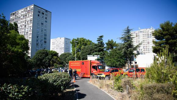 Los bomberos del Batallón Naval de Bomberos de Marsella (Marins-Pompiers de Marseille) se encuentran cerca de edificios después de que tres personas murieran en un incendio en Marsella, Francia. (CLEMENT MAHOUDEAU / AFP).