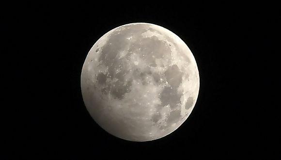 Eclipse penumbral lunar registrado en enero de 2020. (Foto: PRAKASH MATHEMA / AFP)