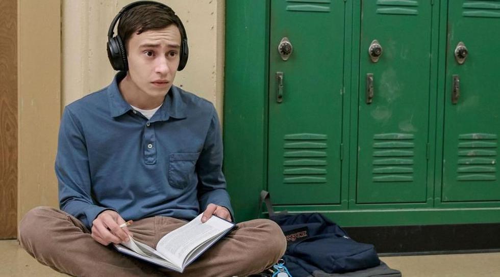 Keir Gilchrist interpreta a Sam Gardner en la serie Atypical de Netflix. Es una adolescente autista con problemas para socializar.