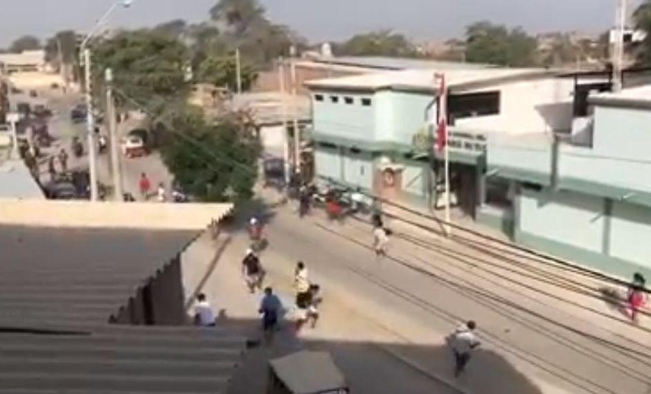 Video revela ataque de un grupo de personas a comisaría de Tacalá. (Foto: Captura Facebook)