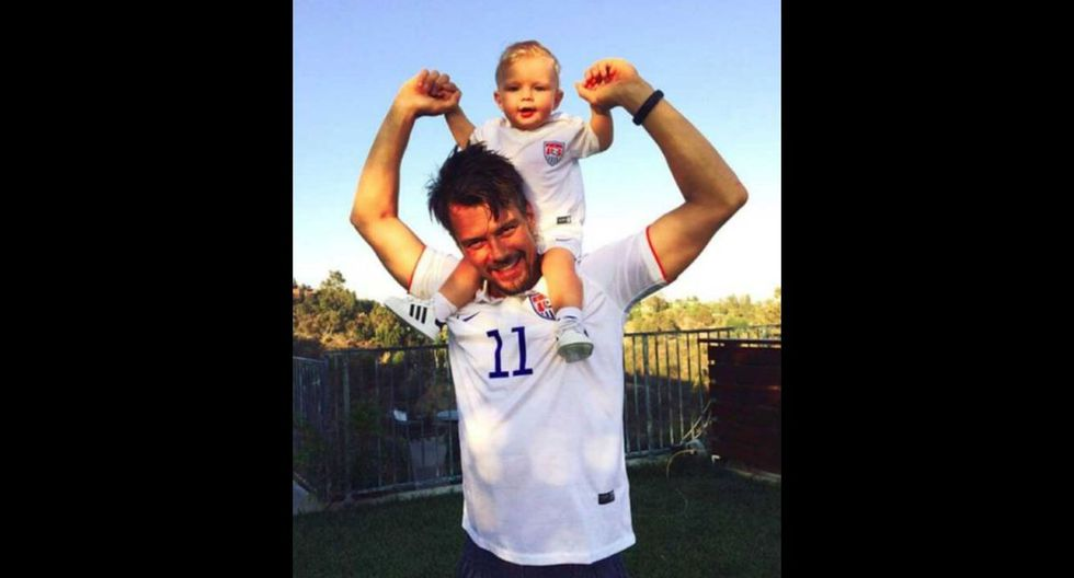 El actor y modelo Josh Duhamel luciendo la camiseta de Estados Unidos para alentar a la selección. (Foto: captura Facebook)