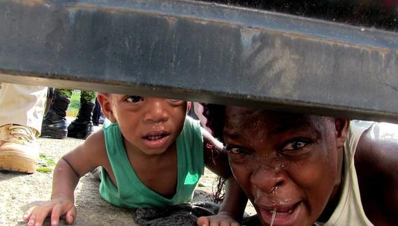 Fabiola, una mujer haitiana, pide ayuda entre lágrimas tirada en el piso; dijo a EL UNIVERSAL que su hijo estaba enfermo en un centro de detención del INM en Tapachula, Chiapas FOTO: María de Jesús Peters