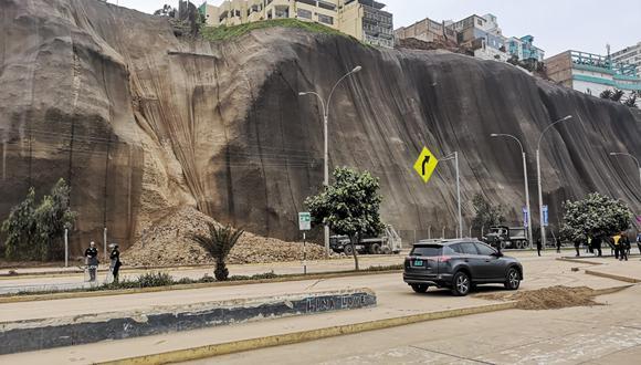 Esta madrugada ocurrió un deslizamiento de tierra y piedras en la Costa Verde a la altura de la bajada de la avenida Sucre, en el distrito de Magdalena del Mar. (Anthony Niño de Guzmán)