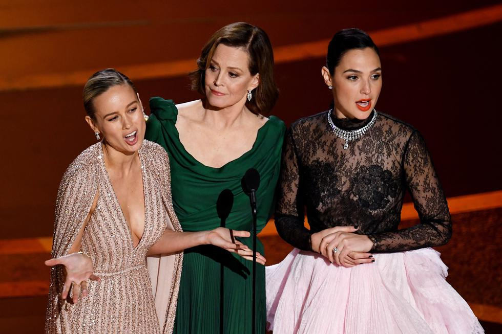 Brie Larson, Sigourney Weaver y Gal Gadot, durante el Oscar 2020.