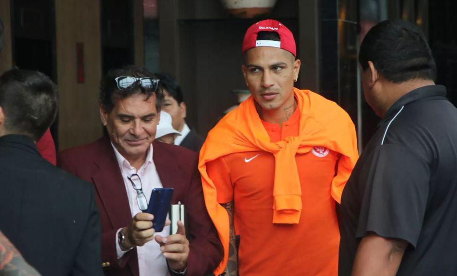 Paolo Guerrero dejó el hotel en Miraflores con dificultades para caminar. (Foto: @_eduardodeconto)