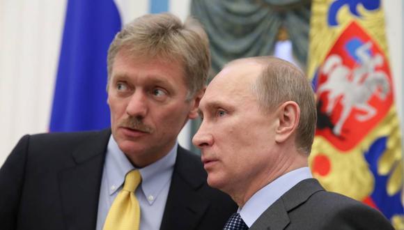 El presidente Vladimir Putin junto al portavoz del Kremlin, Dmitri Peskov. (Foto: AFP)