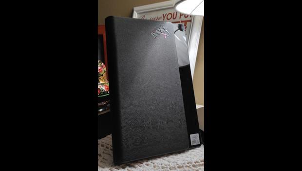 Cuando la ThinkPad X1 Fold de Lenovo se pliega, se convierte en una especie de libro o agenda (gracias a su cubierta de cuero), con un estilo muy elegante. (Foto: Bruno Ortiz B.)
