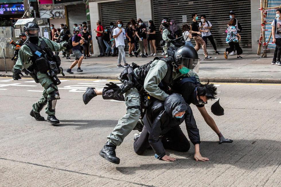 Los manifestantes en favor de la democracia son arrestados por la policía en el distrito de Causeway Bay de Hong Kong antes de las protestas previstas contra una propuesta para promulgar una nueva legislación de seguridad. (AFP / ISAAC LAWRENCE)