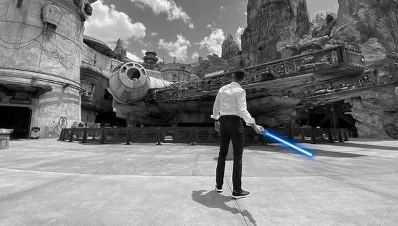 El presidente de Disney Parks, Josh D'Amaro, se encargó de revelar el sable láser en una reciente rueda de prensa. (Imagen: Josh D'Amaro / Instagram)