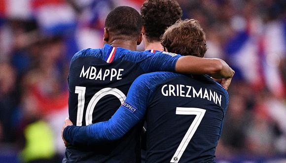 """Tarjeta roja al nombre """"Griezmann Mbappé"""" para un bebé en Francia. (AFP)"""