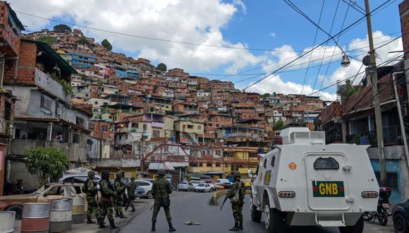 Miembros de la Guardia Nacional Bolivariana de Venezuela participan en un operativo de seguridad en el barrio Cota 905 de Caracas el 13 de julio de 2015. (Foto: FEDERICO PARRA / AFP).