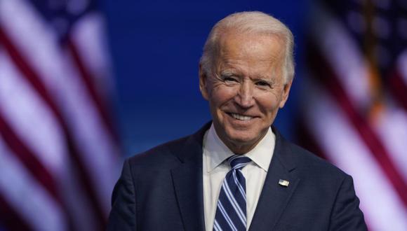 El presidente electo Joe Biden hace una pausa para sonreír mientras escucha las preguntas de los medios en el teatro The Queen en Wilmington, Delaware (Foto: AP / Carolyn Kaster)