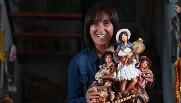 """Sonaly posa con el trabajo que el artesano ayacuchano Arístides Quispe hizo en homenaje a los 15 años de """"Costumbres"""". (Foto: Juan Ponce/El Comercio)"""