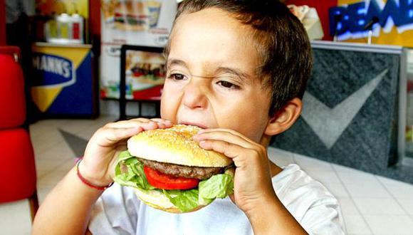Comer mucha comida chatarra provocaría malas calificaciones