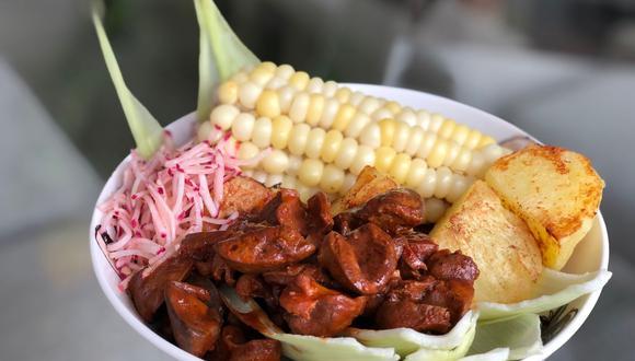 Con choclo, papitas y ensalada, un plato de mollejitas anticucheras será un banquete para la vida. Una receta de Rocío Oyanguren. (Foto: Rocío Oyanguren)
