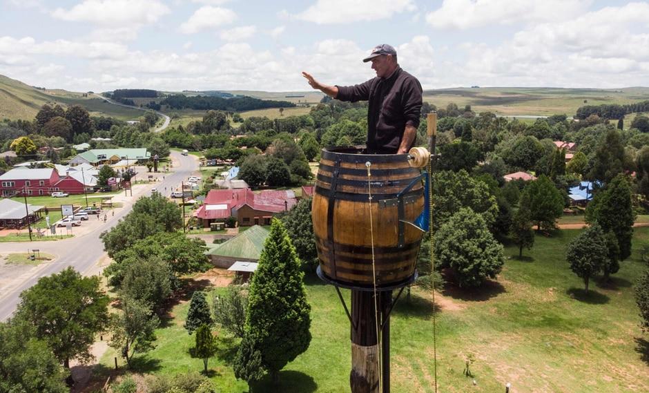 El recipiente, con capacidad para unos 500 litros de vino, está, además, colocado sobre un poste de 25 metros de altura, lo que equivaldría a unos siete u ocho pisos de un edificio. (Foto: AFP)