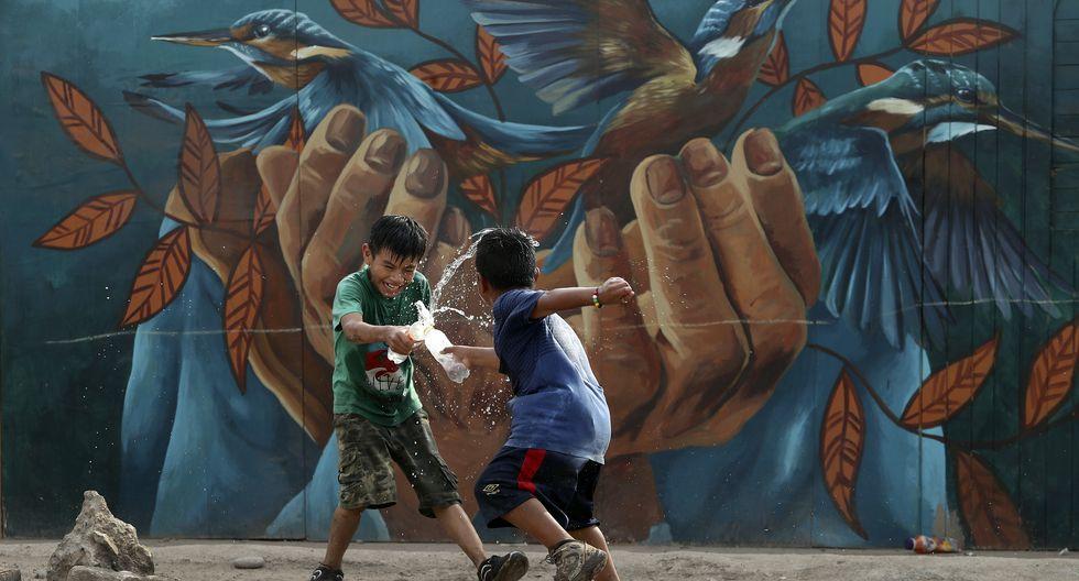 Cantagallo. Los niños y su inocencia. El mural detrás fue pintado por Joe Fernández / Zelva 1. FOTO: ROLLY REYNA / EL COMERCIO PERU