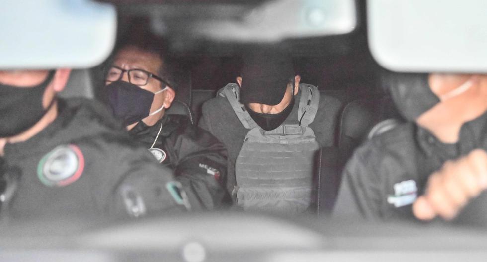 Emilio Lozoya (centro), ex director de la estatal Pemex, es visto al interior de una camioneta tras llegar a México desde España. (AFP / PEDRO PARDO).