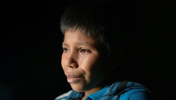 En una foto tomada el 27 de marzo de 2021, el niño inmigrante guatemalteco no acompañado Oscar (12), quien llegó a Estados Unidos desde México, está parado después de desembarcar de un bote cerca de la ciudad fronteriza de Roma. (Foto de Ed JONES / AFP).
