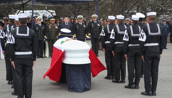 El ministro de Defensa, Jorge Moscoso, participó en la ceremonia en honor al Oficial de Mar Primero de la Marina de Guerra Edwin Chira Reyes, quien se hallaba en misión de paz en la República Centroafricana (Foto: Difusión).