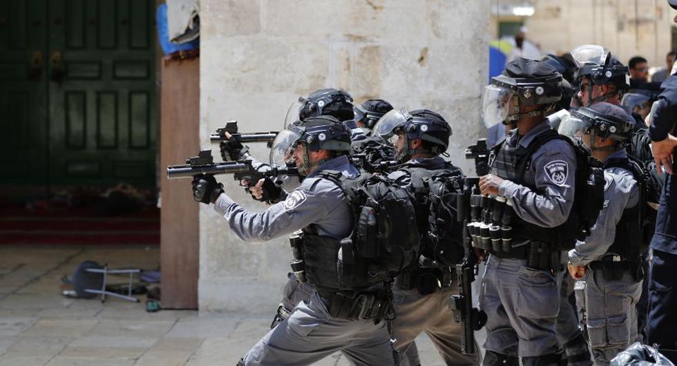 Palestinos y policías israelíes se enfrentaron este domingo en la Explanada de las mezquitas. (Reuters)