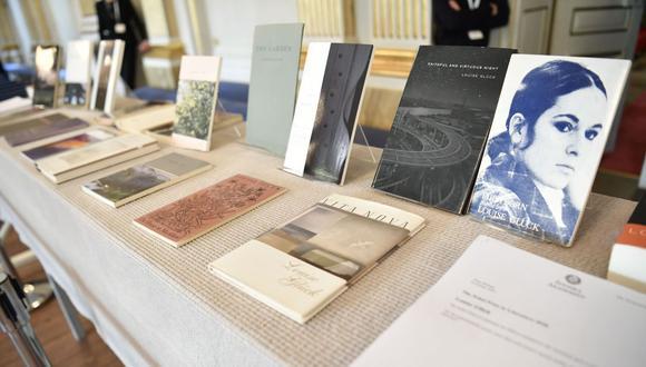 Libros de Louise Glück' son puestos en exhibición durante el anuncio del Nobel de Literatura 2020 el 8 de octubre de 2020 en la Academia Sueca, Estocolmo. (Foto: AFP / Henrik MONTGOMERY)