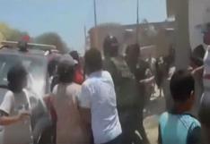 Tumbes: familiares de tres presuntos delincuentes agreden a policías   VIDEO