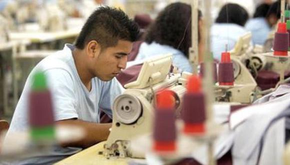 Martín Vizcarra anunció que se ha aprobado un subsidio para que el Estado se encargue del 35% del sueldo de los trabajadores en planilla que ganen hasta S/1.500. El monto de esta medida bordearía los S/600 millones. (Foto: Archivo)