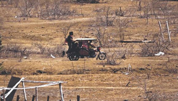 Los migrantes venezolanos son trasladados en mototaxis por trochas para evadir el control migratorio de Carpitas. (Foto: Carls Mayo)