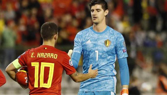 El saludo entre Courtois y Hazard al culminar un partido con Bélgica. (Foto: AP)
