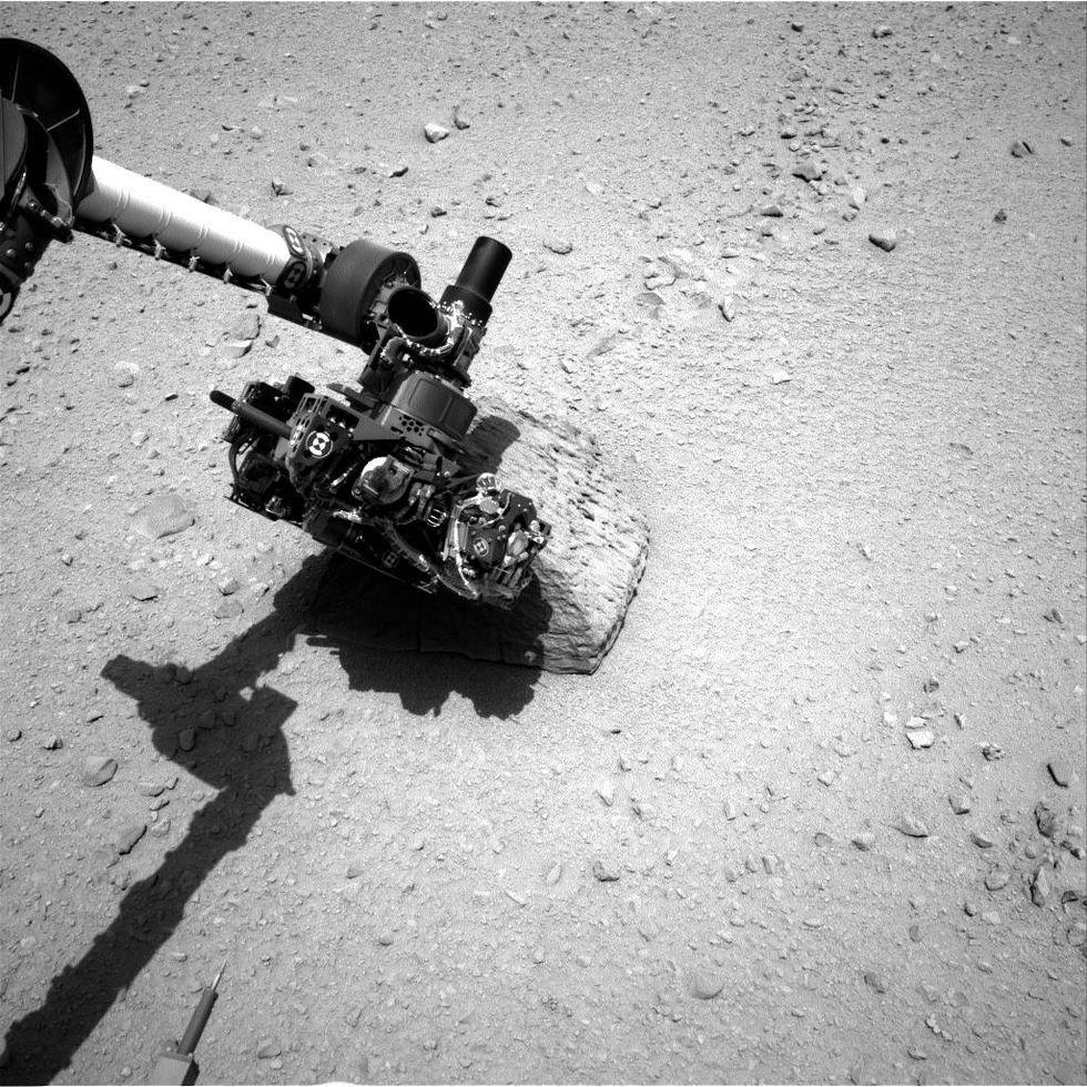 Primer contacto del Curiosity con una roca del planeta. El robot utilizó su brazo mecánico para recolectarla e investigar sus componentes (Foto: NASA)