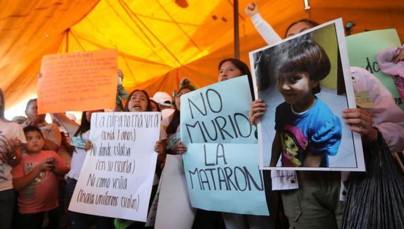 Activistas sostienen pancartas en la casa de Fátima Cecilia Aldrighett, de 7 años, que desapareció el 11 de febrero y cuyo cuerpo fue descubierto el fin de semana dentro de una bolsa de basura de plástico, en la Ciudad de México. (Foto: Reuters).