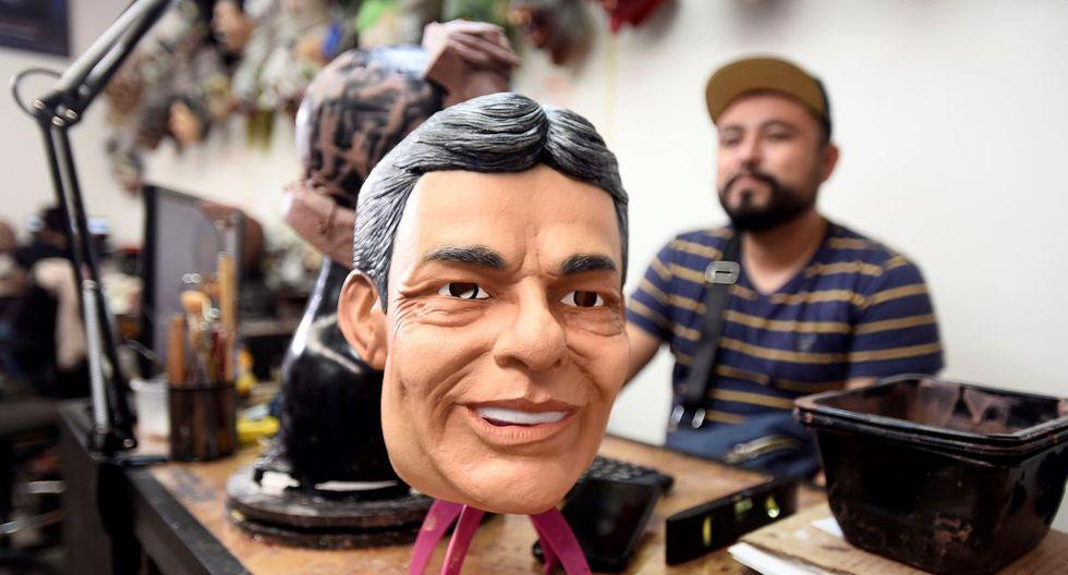 El diseñador Jorge Tecksta muestra una máscara del cantante mexicano recién fallecido, José José, durante una entrevista con Efe este jueves, en Cuernavaca (México). (Foto: EFE)
