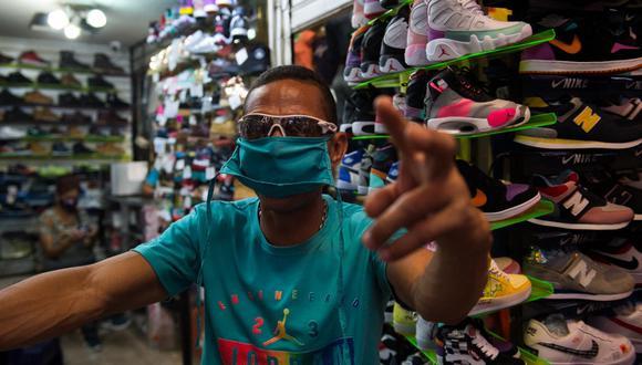 Para comprar un par de zapatillas en Venezuela se requieren 6.746 horas de trabajo si es que se gana el sueldo mínimo. (Cristian Hernandez / AFP)