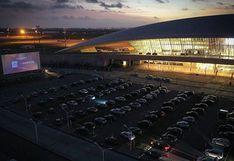 Cómo el principal aeropuerto internacional de Uruguay se convirtió en una sala de cine en medio de la pandemia